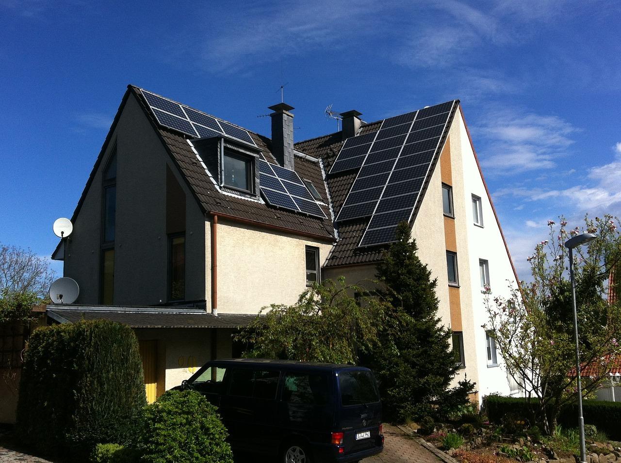 Photovoltaik Anlage auf dem Dach eines kleinen Mehrfamilienhauses