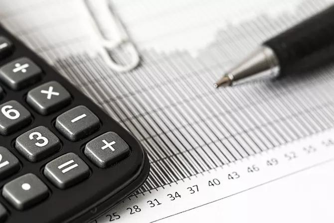 Taschenrechner und Nebenkostenabrechnungsformular