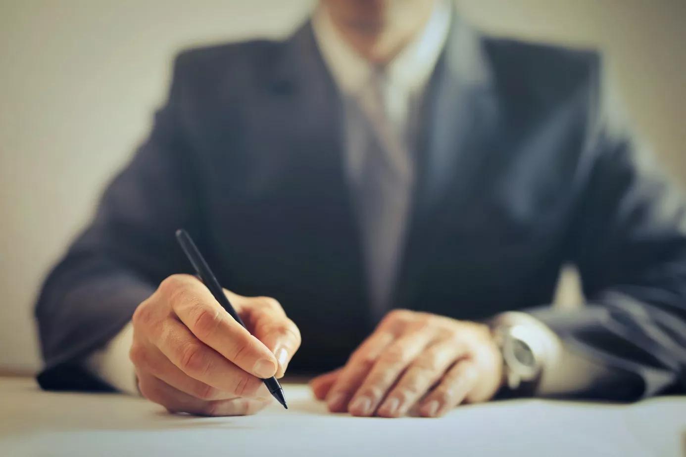 Geschäftsmann unterschreibt Vertrag