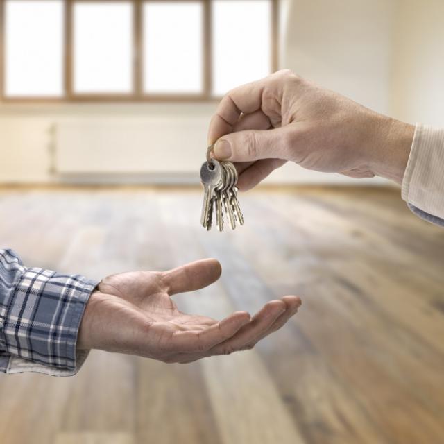 Schlüsselübergabe Vermieter an Mieter - Mietercheck liefert Liquiditätscheck